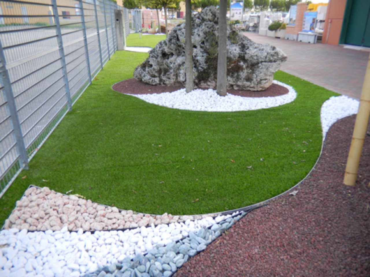 Prato sintetico per giardini aziendali con bordi per le for Prato sintetico