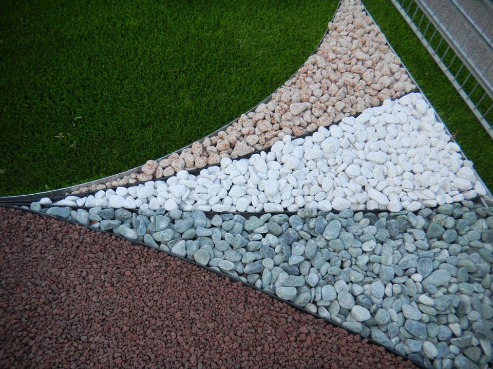 Prato sintetico per giardini aziendali con bordi per le for Giardini e aiuole